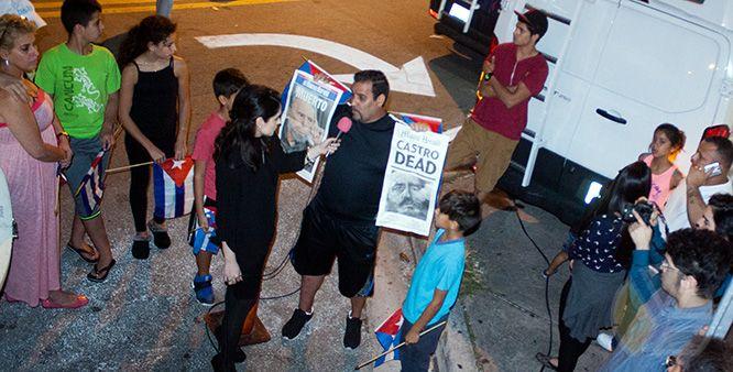 yadira_escobar_periodista_entrevista_journalist_blogger_microfono_rosado_luto_fidel_castro_preguntas_calle_miami_versailles_protestas_periodismo